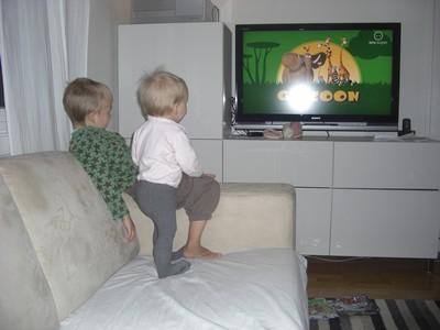 Emeli og Sindre ser på btv