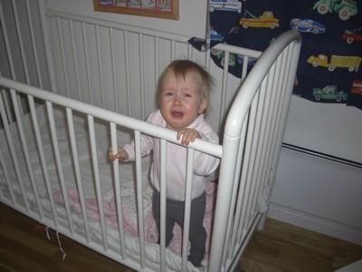 Emeli står i sengen og skriker